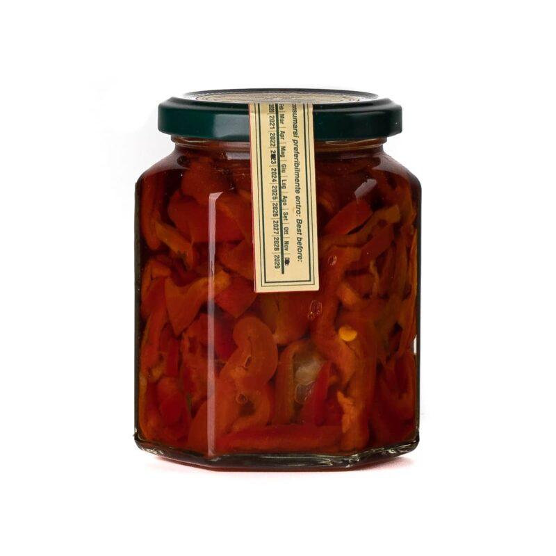 Dettaglio barattolo di peperoni cornetto in olio di oliva